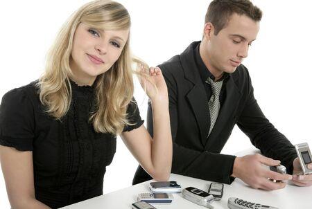 mobiele telefoons: Business paar met veel mobiele telefoons, geïsoleerd op wit