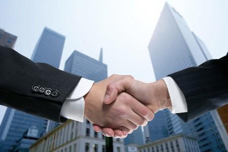 dandose la mano: Socios de negocios en equipo agitando las manos con el ejemplo