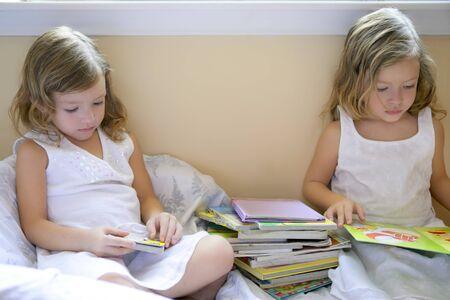 Dos hermosas niñas haciendo la tarea escolar en casa Foto de archivo - 4460202
