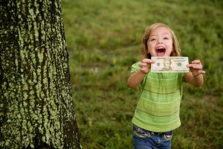 mano con dinero: Beautifull ni�a feliz con el d�lar noteon sus manos