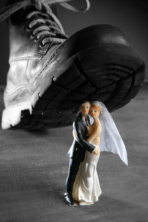 the end: Tread eine Ehe Paar Figur mit einem gro�en, alten Boot-, Scheidungs-Metapher