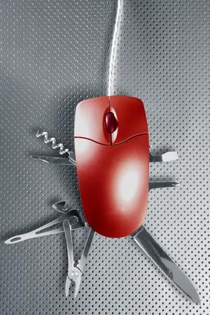 cuchillos: La met�fora del rat�n Red pretendig ser un cuchillo suizo multifunci�n Foto de archivo
