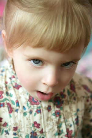 Hermoso niño niña con gesto gracioso enojado expresión Foto de archivo - 4610335