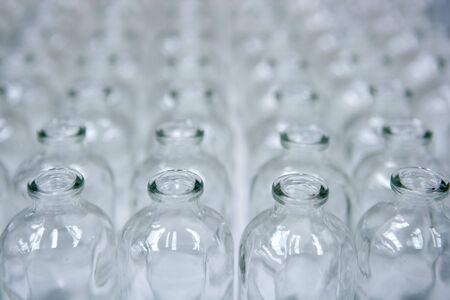 assembly: Botellas vacías de vidrio transparente, en hileras, cosméticos línea de montaje Foto de archivo