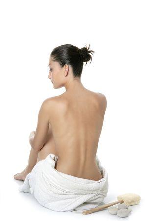 back of woman: Mujer desnuda sentada atr�s con una toalla de color blanco dispararon estudio