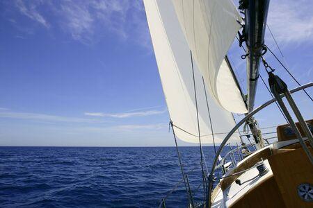 bateau voile: Voilier voile bleu de la mer sur la journ�e d'�t� ensoleill�e de la M�diterran�e