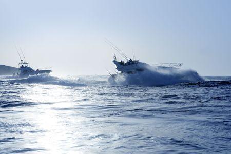 big game: Barca da pesca in un grande gioco di mattina in estate blu del mare Mediterraneo