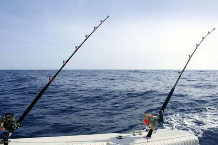 big game: Barca da pesca del tonno grande gioco con asta e bobine Archivio Fotografico