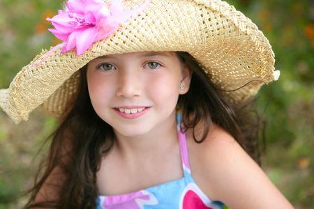 jolie jeune fille: Closeup portrait de la belle petite fille à l'adolescence chapeau dans le parc Banque d'images