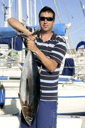 big game: Pescatore, Big game con la cattura del tonno con acqua di mare nelle mani Archivio Fotografico