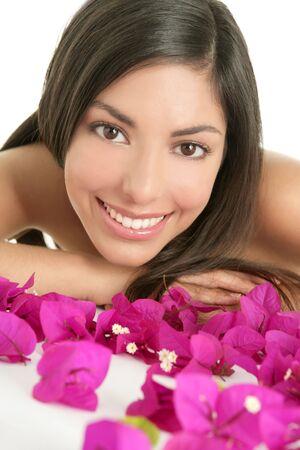 hair spa: Hermosa mujer india boungainvilleas retrato con flores en blanco