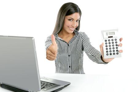 電卓: 電卓の実業家の白い背景の上のよい統計結果に満足