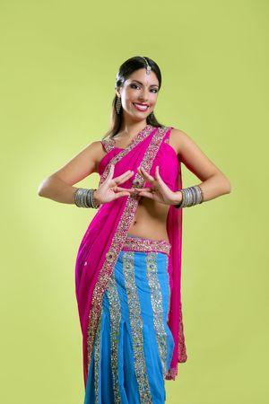 bollywood: Morena indio estilo princesa bailarina de Bollywood, colorido sari