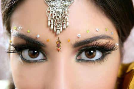 Beau portrait indian brune avec le costume traditionl Banque d'images
