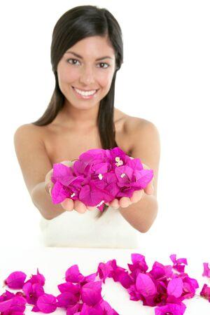Beau portrait de femme indienne avec des fleurs de bougainvilliers sur blanc