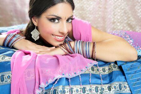 bollywood: Mooie indian brunette jonge vrouw met de traditionele wijze