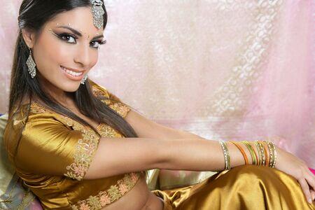 bollywood: Mooie indian brunette jonge vrouw met traditionele mode  Stockfoto