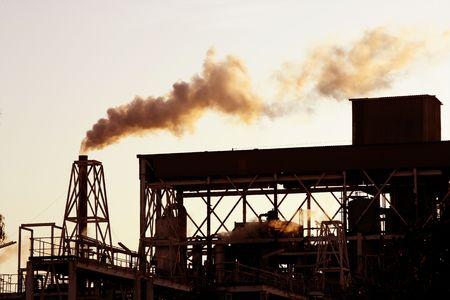 industria petroquimica: Backlight smog de industria petroqu�mica humo en el cielo  Foto de archivo