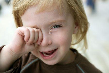 enfant qui pleure: Adorable petite fille blonde pleure closeup portrait Banque d'images