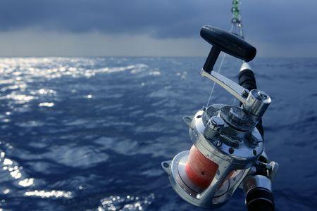 big game: Angler barca da pesca grande gioco in acqua salata dell'oceano