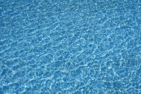 reflexion: Reflexi�n de textura transparente de agua de piscina azul y las olas