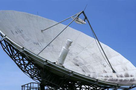 antena parabolica: Receptor de tecnolog�a de espacio de plato de sat�lite parab�lico en el cielo azul  Foto de archivo