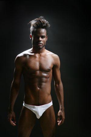desnudo masculino: Ropa interior de modelo masculino africano americano en estudio