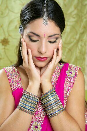 bollywood: Hermosa mujer joven Morena India con la moda tradicional