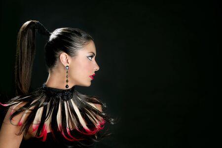 American Indian: Morena de retrato de moda de perfil de India con plumas Foto de archivo