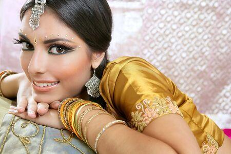 bollywood: Mooie Indiase brunette jonge vrouw met traditionele mode