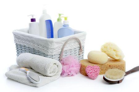 artigos de higiene pessoal: Bath toiletries basket with shower gel shampoo sponge and towel