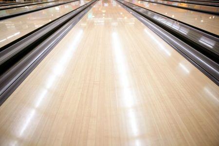 bowling: Color de crema de perspectiva de calle piso de madera de bolos  Foto de archivo