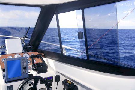 tablero de control: Interior del barco con instrumentos de panel de control y rueda