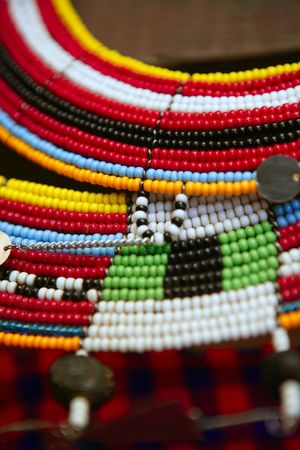 bead jewelry: Collares de joyer�a coloridos �tnicos africanos con enfoque selectivo