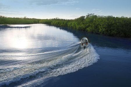 despertarse: Barco barco tras prop lavado curva sobre r�o de Lago sunset