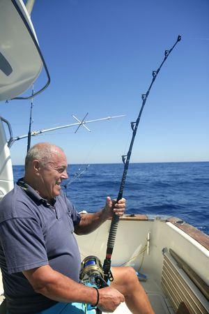 big game: Pescatore anziani grande gioco sport pesca barca blu estate mare cielo