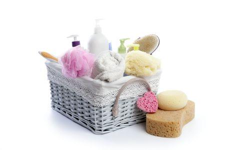 artigos de higiene pessoal: Toiletries stuff sponge gel shampoo and bath towels on white background