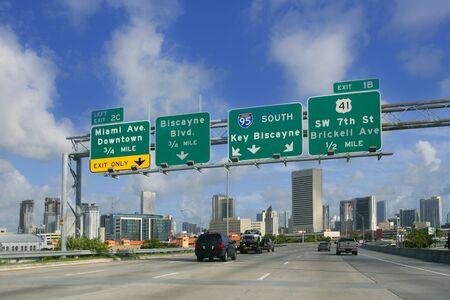 fast lane: Carretera de Miami Downtown Florida firma Key Biscayne