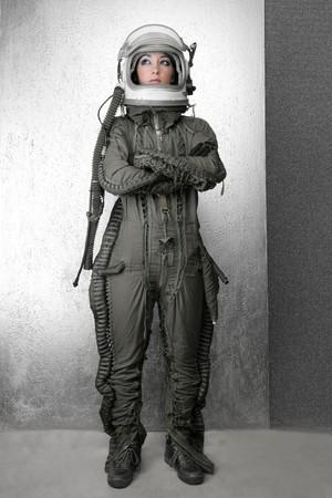 shuttle: astronaut mode vrouw full length ruimte pak helm zilveren studio achtergrond