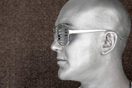 hombre de perfil: met�fora masculina extraterrestre retrato de perfil plata hombre extraterrestre  Foto de archivo