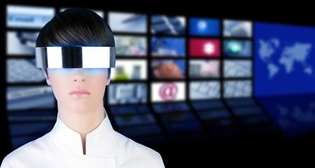 journal t�l�vis�: argent futuriste verres femme portrait tv news �crans de cin�ma Banque d'images