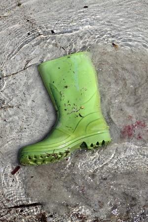 botas verde de basura en la playa de Costa la contaminaci�n humana residuos de concepto Foto de archivo - 7102556