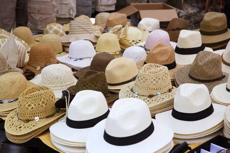 mucha gente: perspectiva de mercado tienda de moda variada sombreros escaparate  Foto de archivo