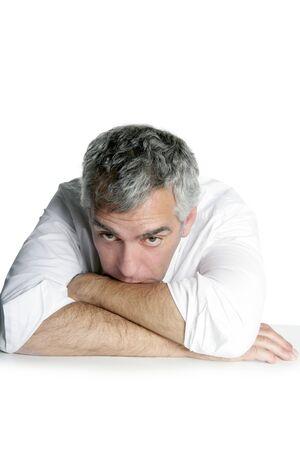 mani incrociate: imprenditore senior annoiato sul tavolo scrivania mani incrociate sfondo bianco