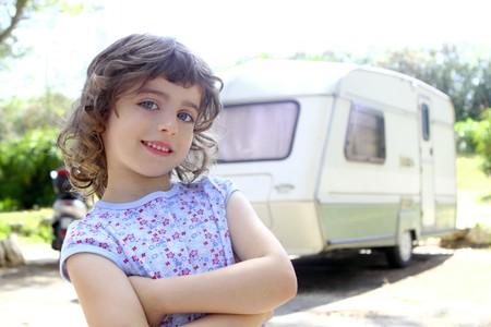 motorhome: piccoli bambini ragazza posa caravan camping vacanze estate