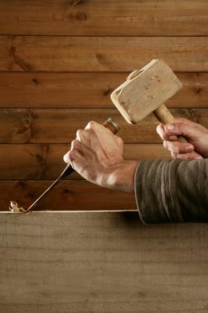 cincel: herramienta de carpintero de madera cincel de gubia martillo trabajando de la mano de madera de fondo