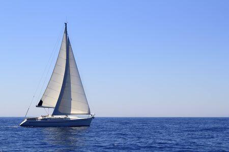 bateau voile: beau voilier voile voile bleu M�diterran�e oc�an horizon
