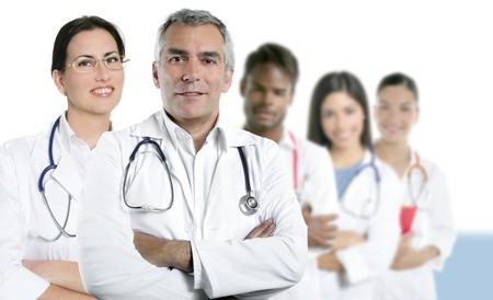 grupo de doctores: experiencia gris pelo m�dico enfermera multirracial equipo fila sobre blanco