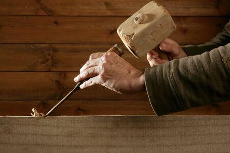 carpintero: herramienta de carpinter�a de madera cincel de gubia martillo en mano trabajando a fondo de madera