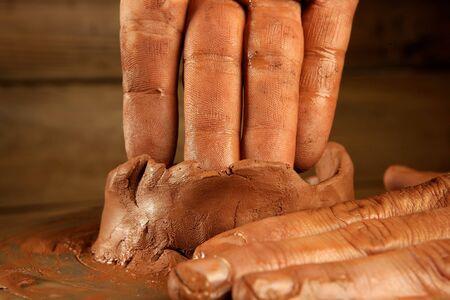 ollas barro: rojo de artesan�a cer�mica arcilla ceramista manos trabajo portarretrato dedo  Foto de archivo